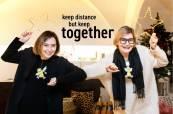 Den Geschenkanhänger GERTI gibt es auch bei SCHULLINs Geschenke. Designerin Monika Legenstein-Gaisbacher und Journalistin/Bloggerin Hedi Grager. (Foto Jorj Konstantinov)
