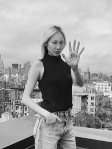 Unter dem Hashtag #westandup rief L'Oréal Paris zum Weltfrauentag am 8. März dazu auf, die Message mit einem D in der Handinnenfläche auf den eigenen Social Media Kanälen zu teilen. Auch Model Soo Joo Park machte mit. (Foto L'Oréal Paris)