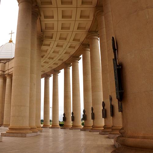 Yamoussoukro Basilique Péristyle Chemin De Croix