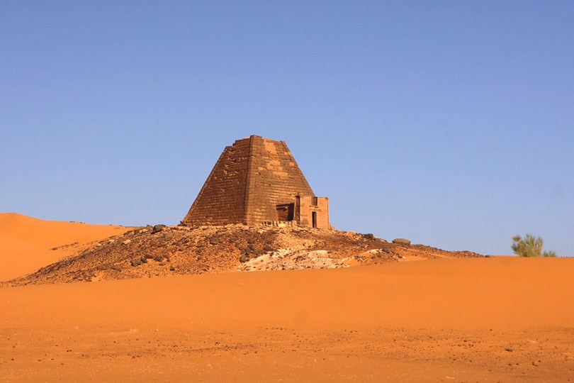 Soudan - Une des Pyramides de la nécropole de Méroé