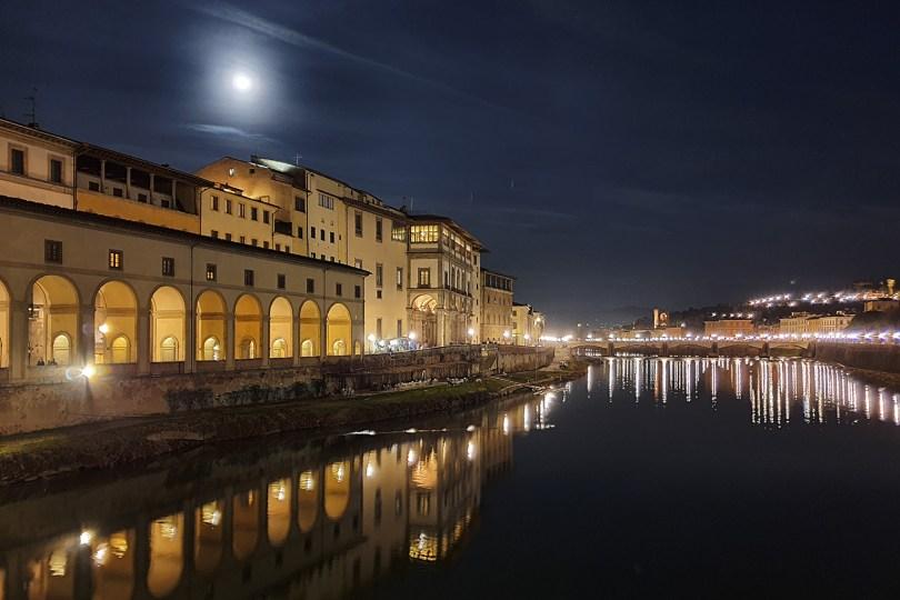 Florence : Vue sur l'Arno depuis le Ponte Vecchio par une nuit de pleine lune