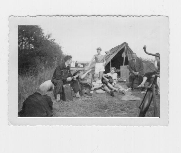 Tent-met-fiets-en-gitaar-1956