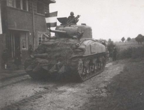Bron:Rijckheyt.nl | Fotograaf Bos | Aarweg (17-9-1944). De eerste Amerikaanse tank trekt tijdens de bevrijding Heerlen binnen