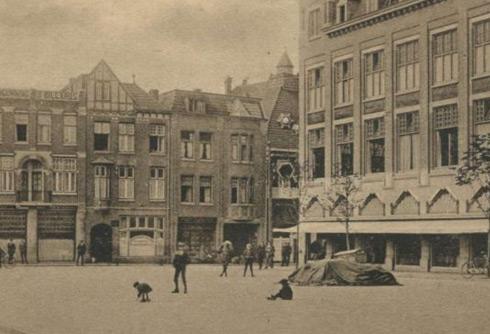 Bron: Rijckheyt.nl | Bongerd. Op de achtergrond in de Saroleastraat van links naar rechts: hotel Germania, boek- en kantoorhandel Gerrese, fotoatelier Rheingans en de ingang van de Hollandia bioscoop. Het gebouw rechts op de voorgrond is anno 2010 de Douglas gevestigd.