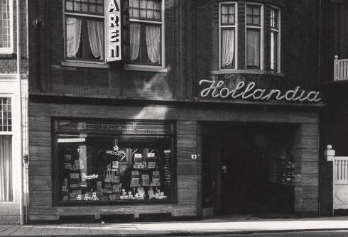 Bron: Rijkcheyt.nl | (23-1-1959) Ingang van het Hollandia theater.