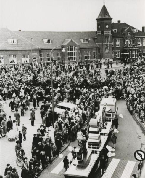 Bron: Rijckheyt.nl | Intocht Sinterklaas voor het Station (1973)