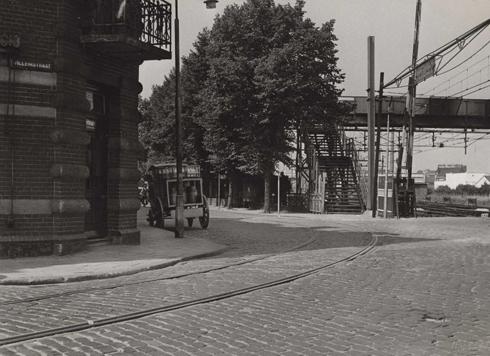 Bron: Rijkcheyt.nl | Willemstraat (augustus 1951). Links de Stationsstraat en rechts de voetgangersbrug over het spoorwegemplacement.