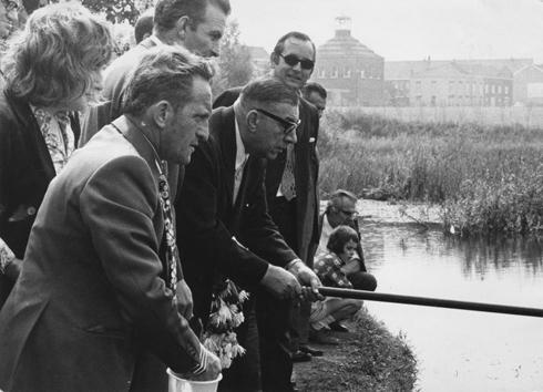 Bron: Rijckheyt.nl | Burgemeester F.Gijzels van Heerlen mag als eerste de hengel uitgooien in de nieuwe visvijver van Grasbroek (1972)
