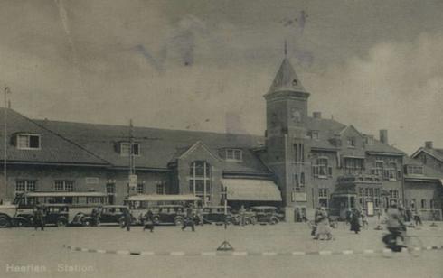 Bron: Rijckheyt.nl | Stationsplein. Stationsgebouw en bussen van de IAO (Internationale Autobus Onderneming), 1939.