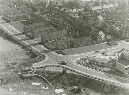 Bron: Rijckheyt.nl | Luchtfoto van de Molenberg. Op de voorgrond rechts de Voskuilenweg en de Pius X kerk. Rechts daarvan de Joost van Vondelstraat. Links de Nicolaas Beetsstraat. (1962)