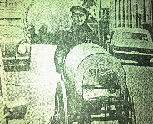 Opa Groenen terwijl hij petroleum aan het venten is.