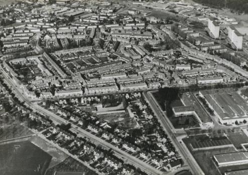 Bron: Rijkcheyt.nl | Luchtfoto van de Molenberg met rechts de Philipsfabriek.