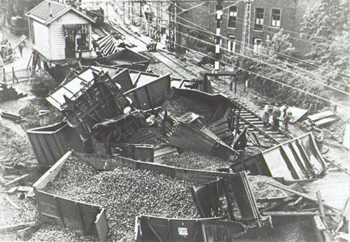 Bron: Rijckheyt.nl | Willemstraat (16-5-1949). Spoorwegongeluk in de buurt van de overweg.