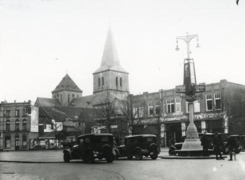 Bron: Rijckheyt.nl | Bongerd. Rechts Vroom & Dreesmann (nu oa Bart Smit). Op de achtergrond de St.Pancratiuskerk, waar nog geen Glaspaleis voor staat.