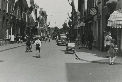 Bron: Rijckheyt.nl | Een met vlaggen versierde Oranje Nassaustraat ter gelegenheid van de bevrijding door de Amerikanen.