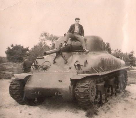 Bron: Prive collectie | Huub Giebels zittend op de tank in de rode beek
