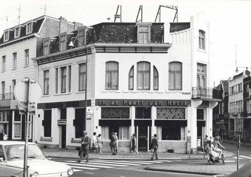 Bron: Rijckheyt.nl | Stationstraat (11-6-1969). Hotel-café-restaurant In de Poort van Herle op de hoek Stationstraat/Saroleastraat. Links hotel-café-restaurant De Amstel.