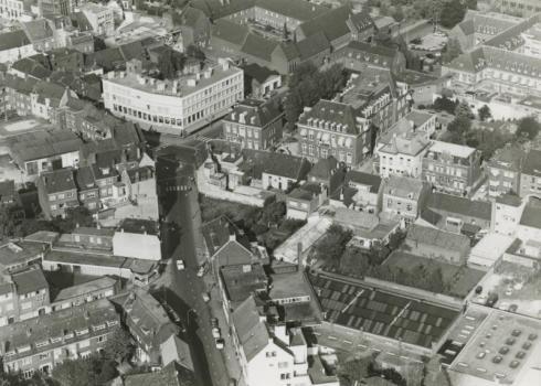 Bron: Rijckheyt.nl | Luchtfoto van het centrum van Heerlen. In het midden het kruispunt Akerstraat-Putgraaf-Dr.Poelsstraat-Nobelstraat. Boven rechts het St.Jozefziekenhuis.  (ca 1962)