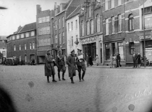 Bron: Rijckheyt.nl | Duitse officieren lopen over de Bongerd in Heerlen, kort na de inval in Mei 1940