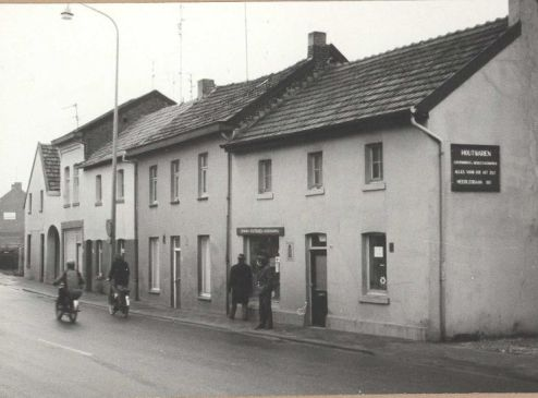 Bron: Rijckheyt.nl | Kapper Wiel Sparla is het tweede huis van rechts. Op de hoek ijzerwaren handel Sijstermans.