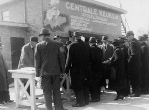 Bron: Rijckheyt.nl | Vanuit Centrale Keukens werden warme maaltijden verstrekt aan de bevolking van Heerlen. De uitdeellokalen bevonden zich in de Honigmanstraat, Anjelierstraat, Beersdalweg, Schandelerstraat en de Jacob van Maerlantstraat (24 april 1941)