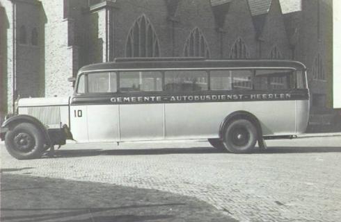 Bron: Rijckheyt.nl | Schandelerboord. Een bus van de Gemeente-Autobusdienst-Heerlen bij de H.Hartkerk in Schandelen.