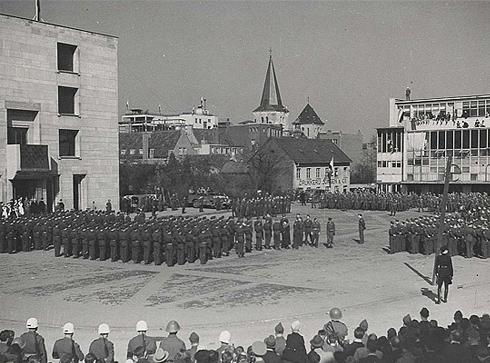 Bron: Rijckheyt.nl | Raadhuisplein. Eerste bezoek van koningin Wilhelmina aan Heerlen na de bevrijding op 17 september 1944, dd. 22 maart 1945
