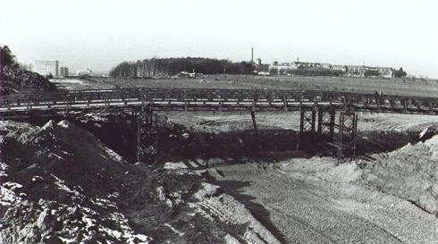 Bron: Rijckheyt.nl   Aanleg van de Keulseweg met een noodbrug naar de Wienweg. Rechts boven de Vroedvrouwenschool en links het De Weverziekenhuis.