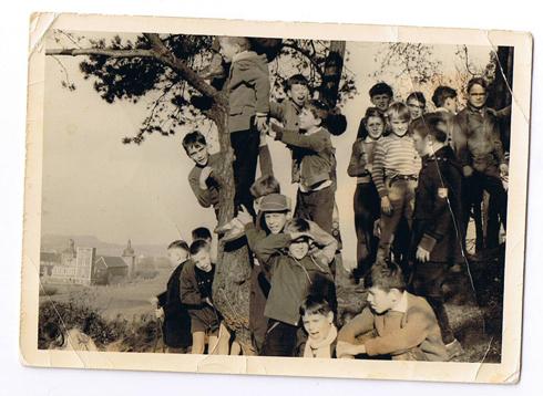 Bron: S. Comis | Spelende kinderen met op de achtergrond het kasteel Boereslot