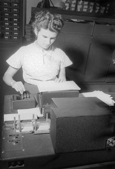 Bron: Jesse, Nico / Nederlands Fotomuseum | Administratie op het hoofdkantoor, Oranje Nassau Mijnen, Heerlen (1952-1953)