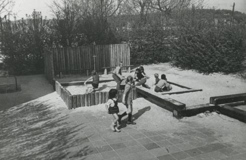 Bron: Rijckheyt.nl | Govert Flinckstraat. Spelende kinderen in de zandbak van de nieuw aangelegde kinderspeelplaats in Meezenbroek.
