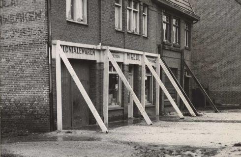 Bron: Rijckheyt.nl | Heerlerbaan. Twee woningen met winkelruimte (huisnummers 96 en 98) die men na een mijnverzakking heeft moeten stutten.