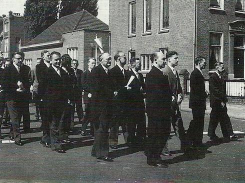 Bron: Privé collectie | Het kerkelijk zangkoor in de processie op 23 juli 1954