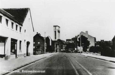 Bron: Rijckheyt.nl | Kouvenderstraat. Op de achtergrond de schacht van de Staatsmijn Emma.