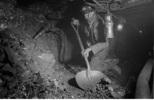 Bron: Geheugenvannederland.nl | Houwer werkt aan het kolenfront, Oranje Nassau Mijnen, Heerlen (1952-1953)