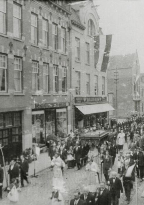 Bron: Rijckheyt.nl | Willemstraat. Sacramentsprocessie. Links de Edah en magazijn De Bij.