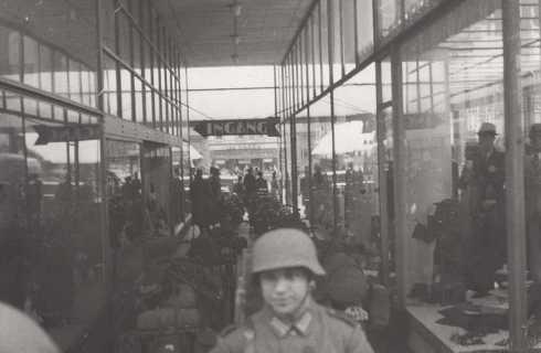 Bron: Rijckheyt.nl | Duitse soldaten in de gang van het Glaspaleis