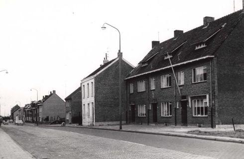 Bron: Rijckheyt.nl | Heerlerbaan (14-3-1960). Op de achtergrond links een van de twee schoorstenen van de Oranje-Nassaumijn I.