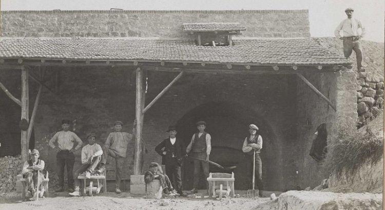 Bron: Rijckheyt.nl | Voerendaal (±1915). Belgische geïnterneerden in Nederland tijdens de Eerste Wereldoorlog (1914-1918). Geïnterneerden in een kalkoven te Voerendaal.