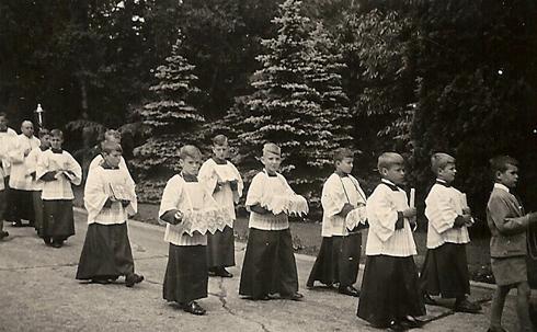 Bron: Privécollectie | Foto uit juni 1953 waarop mijn tweelingbroer Peet en ik tijdens de Sacramentsprocessie voorop lopen (1953)
