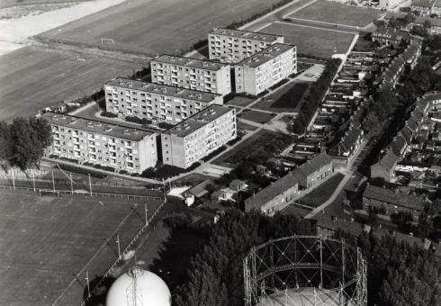 Bron: Rijckheyt.nl | Luchtopname van de flats aan de Govert Flinckstraat, 1962
