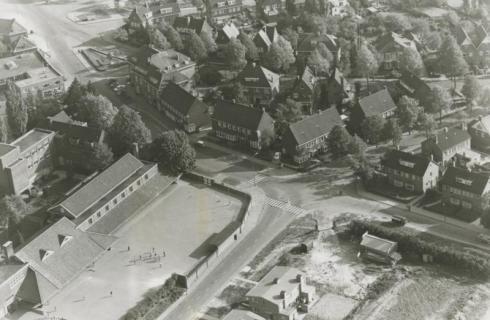 Bron: Rijckheyt.nl | Luchtfoto van de Molenberg. Op de voorgrond links de Broederschool. In het midden de Kerkraderweg.