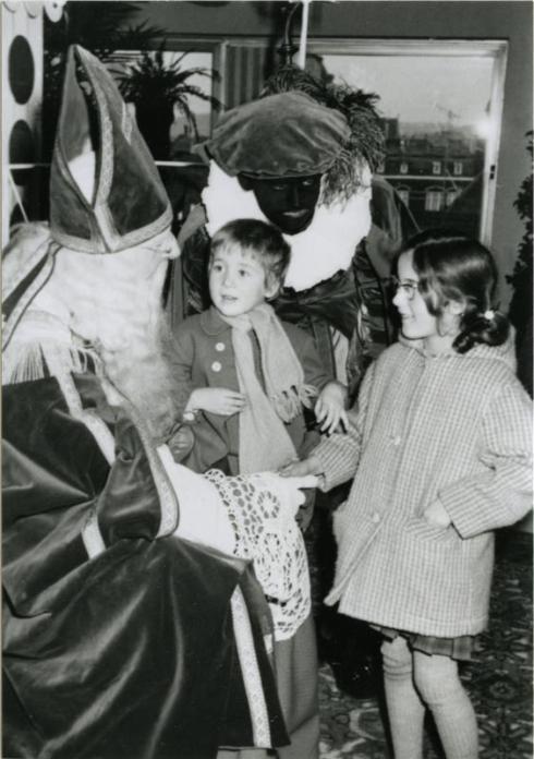 Bron: Rijckheyt.nl | Op bezoek bij Sinterklaas in het warenhuis van Vroom & Dreesmann (1962)