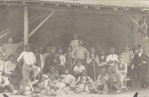 Bron: Rijckheyt.nl    Voerendaal (±1915). Belgische geïnterneerden in Nederland tijdens de Eerste Wereldoorlog (1914-1918). Geïnterneerden en anderen in een kalkoven te Voerendaal.