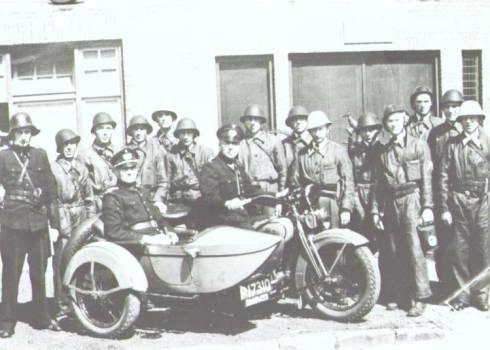 Bron: Rijckheyt.nl | Brandweerkazerne. Op de motor (een Harley Davidson) J.L.Kleijne, agent van politie. In de zijspan G.L.Couwenbergh, brandweercommandant.