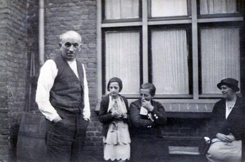 Bron: collectie Tonny Friedrichs-Verhelst | Mia met haar ouders en mevrouw Cohnen.