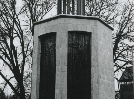 Bron: Rijckheyt.nl   Vredeskapel (gewijd aan oorlogsslachtoffers uit de Tweede Wereldoorlog). Ontworpen door architect F.Peutz. De glas-in-loodramen zijn van E.Laudy.