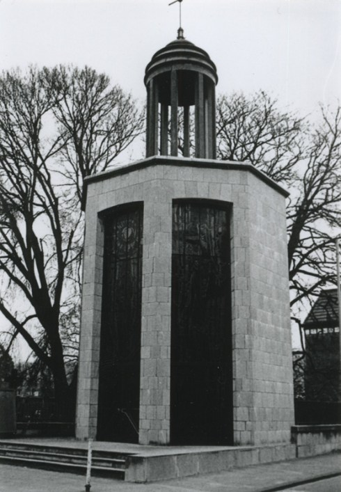 Bron: Rijckheyt.nl | Vredeskapel (gewijd aan oorlogsslachtoffers uit de Tweede Wereldoorlog). Ontworpen door architect F.Peutz. De glas-in-loodramen zijn van E.Laudy.