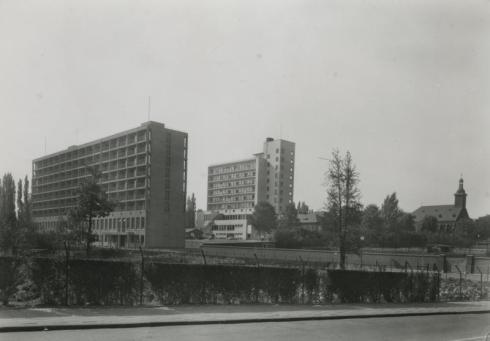 Bron: Rijckheyt.nl | Links de verpleegstersflat. In het midden de hoofdingang van het St.Jozefziekenhuis. Rechts de kapel van het ziekenhuis.
