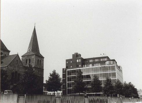 Bron: Rijckheyt.nl | Bongerd. Links de St.Pancratiuskerk. Rechts het Glaspaleis. Op de voorgrond de in 1968 gebouwde muur rond het Kerkplein.
